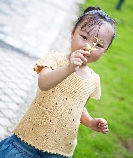 Для маленькой девочки летняя кофточка с тюльпанами